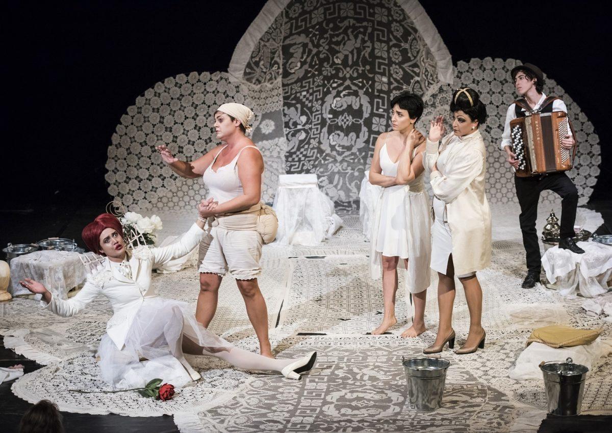 """""""Le allegre comari di Windsor"""" al Teatro Carcano"""